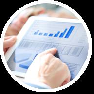 Visuel représentant une personne regardant des graphiques sur une tablette